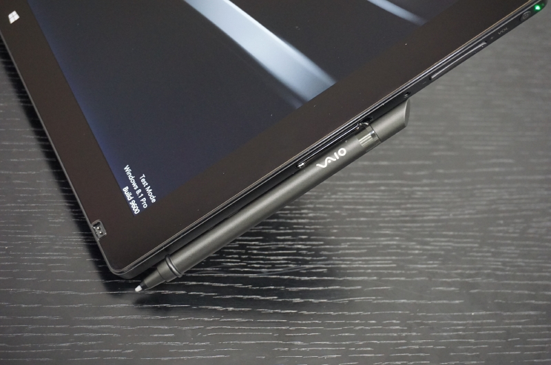 ペンの本体への固定方法は、付属のホルダーを装着する方法とマグネットを利用して装着する方法と2つが用意されている
