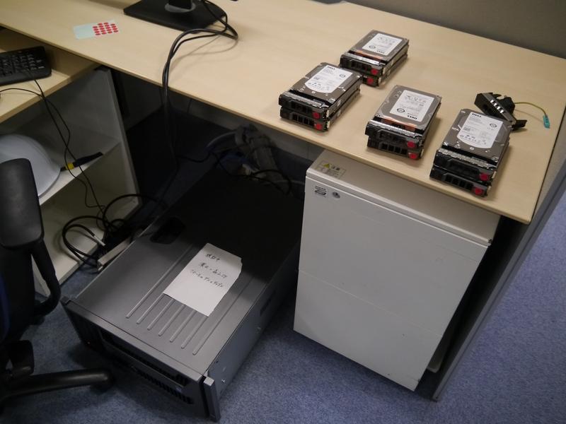 検証するための機器を机周りに持ち込むことも
