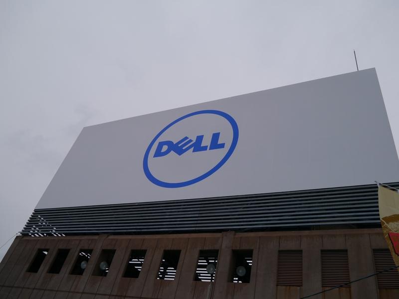 ビルの屋上に大きな「DELL」の看板が掲げられている
