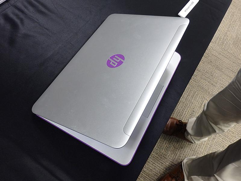 ネオンパープルモデルでは、HPのロゴも紫がアクセントとなる