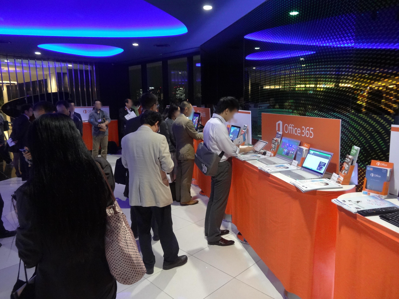 入り口には各社の最新PCが展示された
