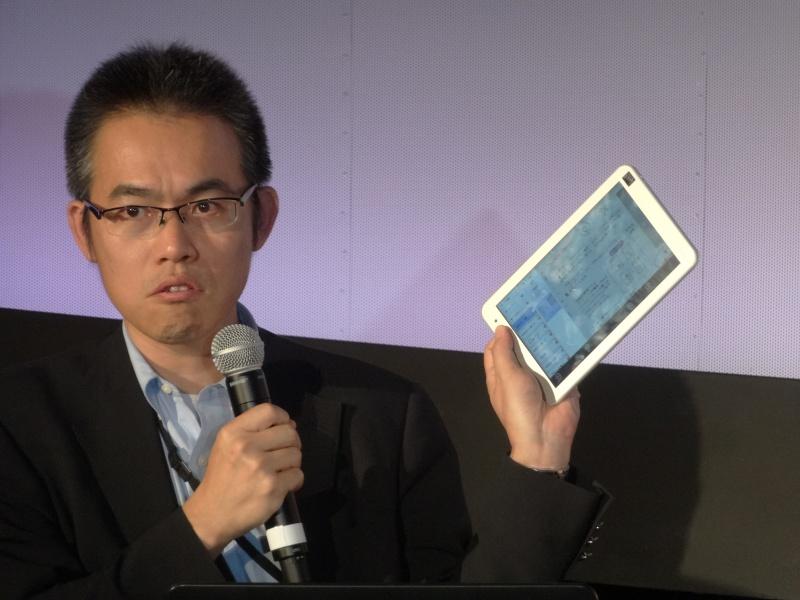 東芝の杉野文則氏は、未発表の新8型Windowsタブレットをチラ見せした
