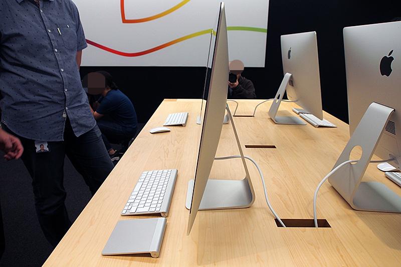 iMac with Retina 5K displayの側面。最薄部が5mm。本体は中央に向かうに従って膨らんでいく構造。サイズ等は基本的に従来モデルの27型と同等