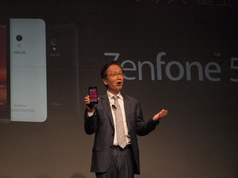 ポケットからZenFone 5を取り出しアピールするシー氏