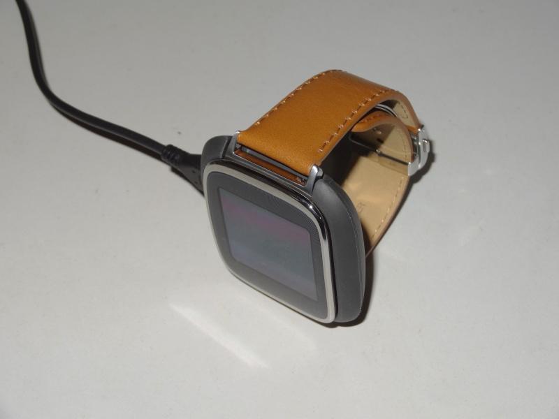 ZenWatchに普通に付けると、このようにケーブルが浮いてしまって座りが悪い
