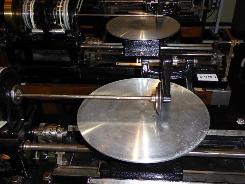積分機の水平円盤と、その上の垂直小円盤
