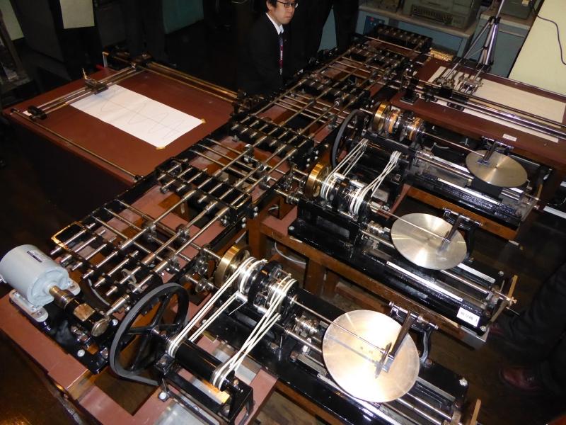 微分解析機全体。左が入力卓、奥が出力卓