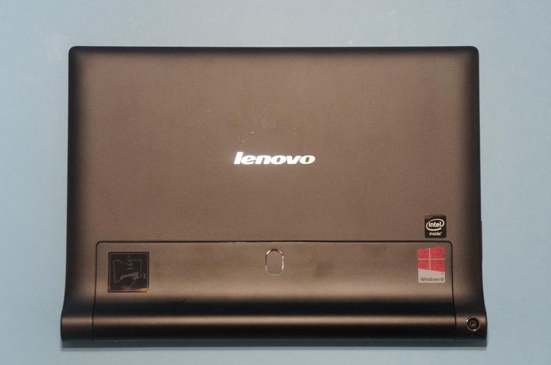 YOGA Tablet 2 with Windowsの背面。下側が円筒形のバッテリ部で、回転させるとスタンドになる