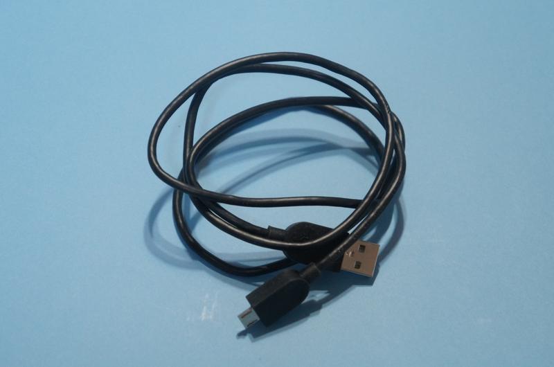 Micro USB-USBケーブルが付属する