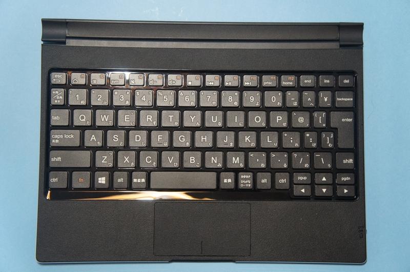 10.1型モデルには、Bluetoothキーボードカバーが付属する。アイソレーションタイプのキーボードで、配列も標準的なので、快適にタイピングが可能