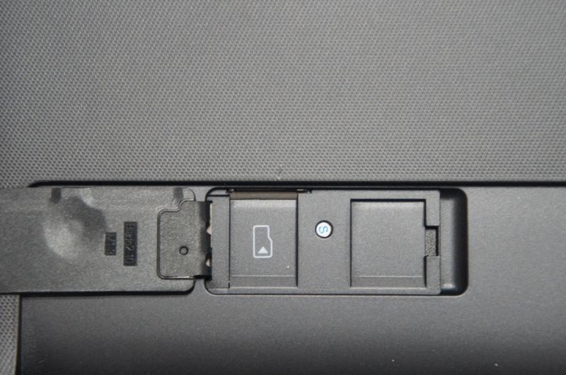 microSDカードスロットのカバーを開けたところ