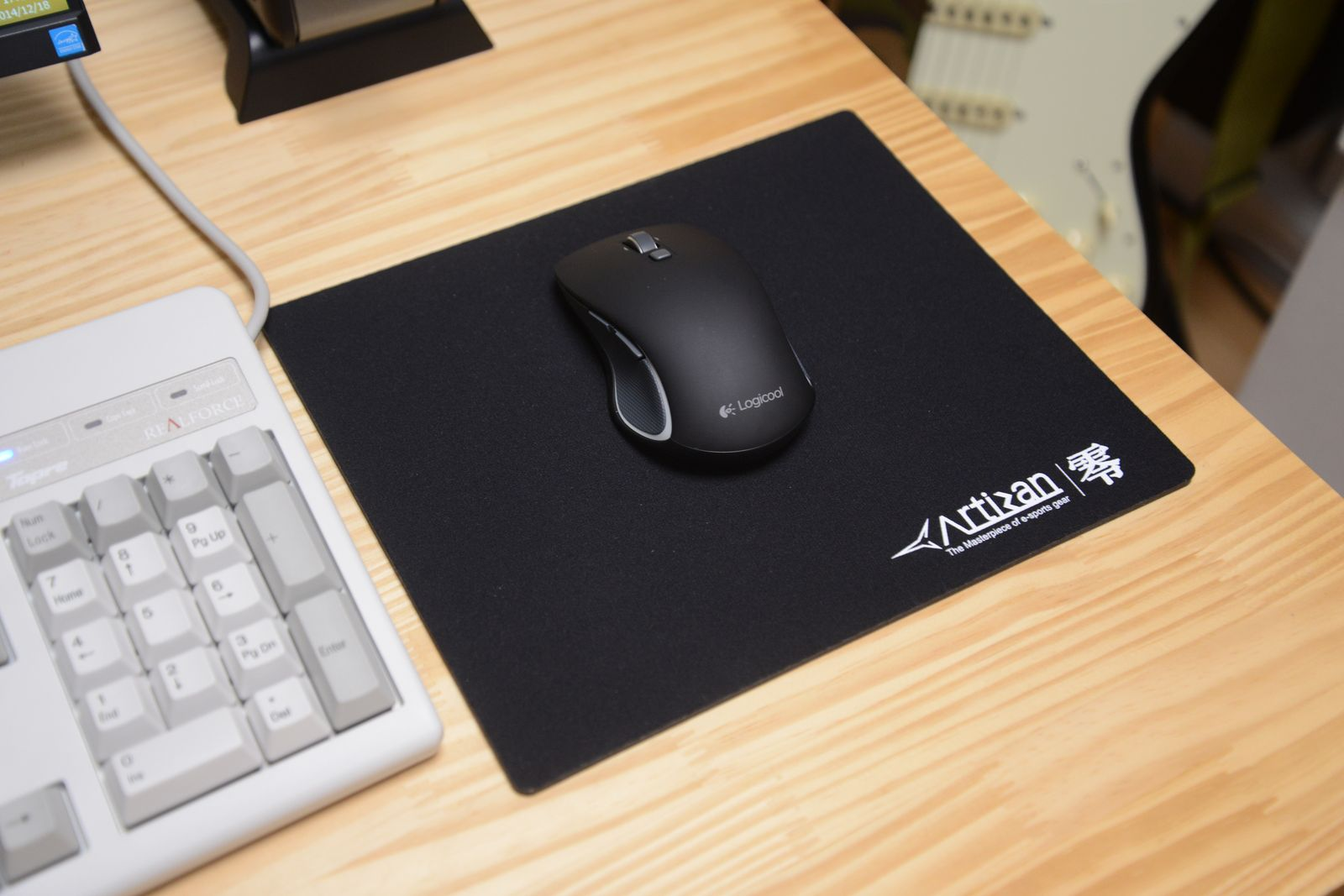 ロジクールのM560BKをワイヤレスで使ってみたが、実に快適。ちなみにマウスパッドは私物、私の愛用品