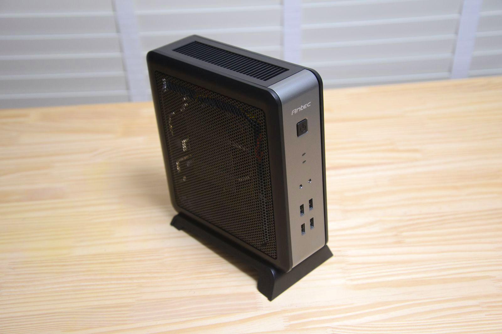 AntecのISK-110 VESAを採用した本製品は机上に置いても邪魔にならないぐらいにコンパクト