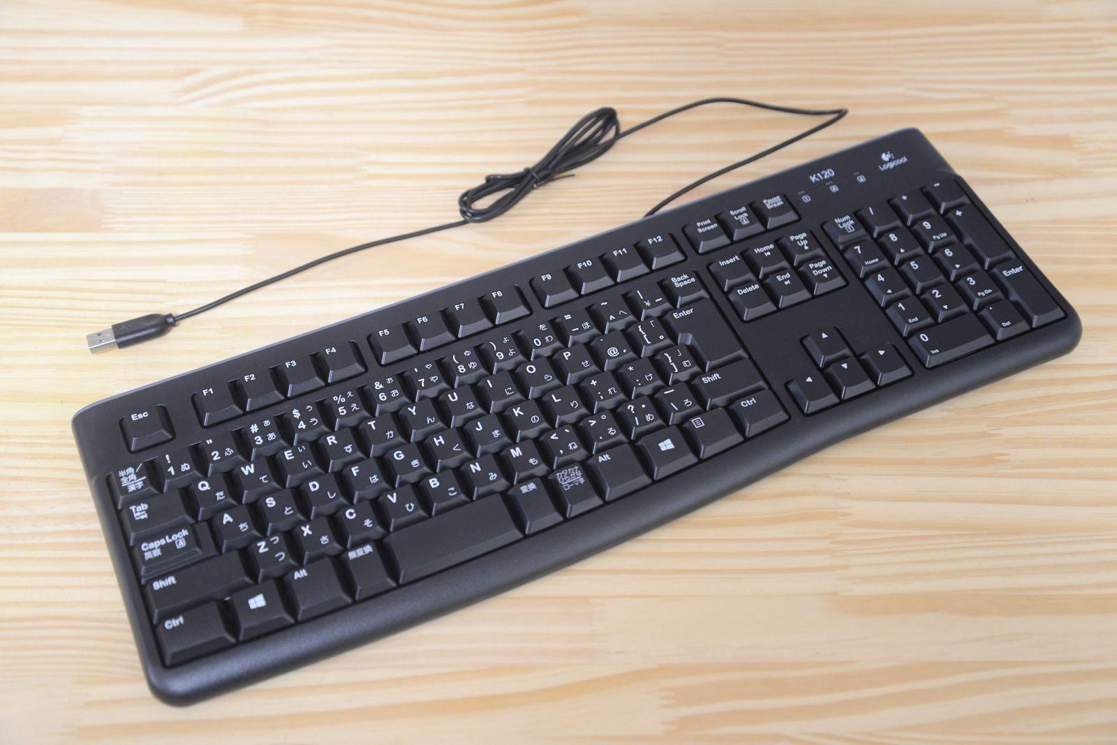 ロジクールのK120。良い意味で「普通」なキーボード。軽くスムース、ストロークは浅め。優れた耐久性、耐水性があるので、ラフに扱うのには最適だ。慣れると手放せない感が強い