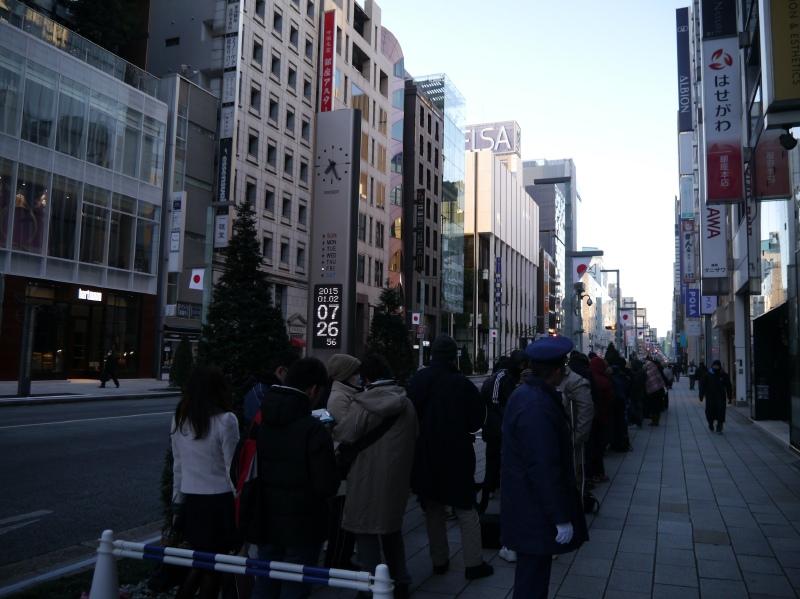 午前7時30分近くの行列の最後尾。最終的には900人以上が並んだ