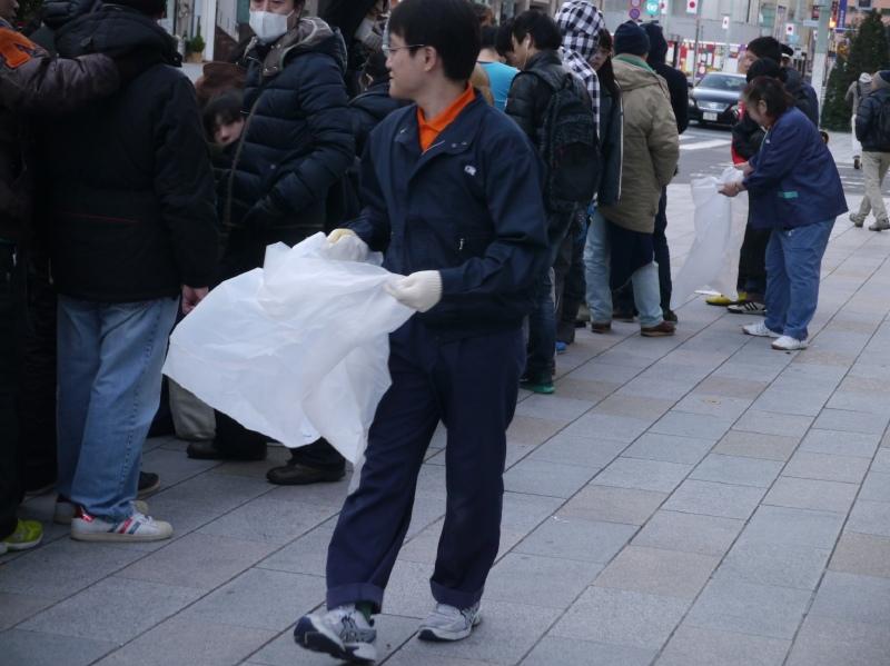 アップル関係者がゴミ袋を持って、ゴミを回収するといった様子も