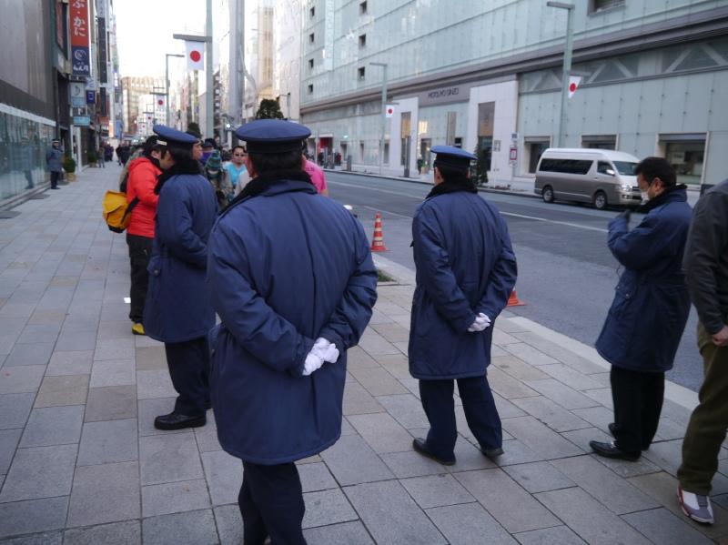 警備員も増員した模様だ。随時、列に並んでいる人たちに対して注意を促していた