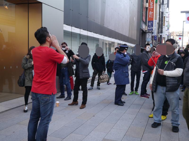 並んでいる人たちに並んでもらったお礼とともに、販売開始を宣言