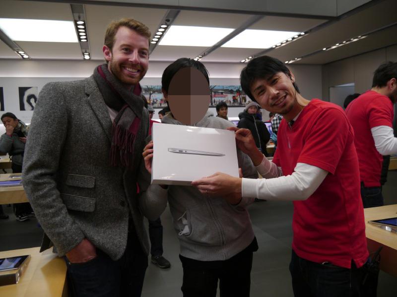 まずは2番目に並んでいた男性がMacBook Airを当て、店内に拍手が起こる