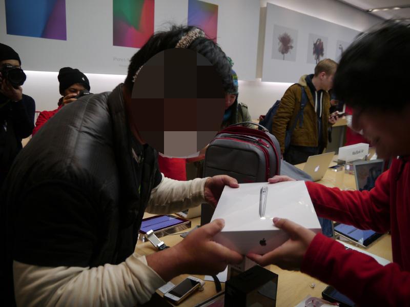 MacBook Airが手渡された