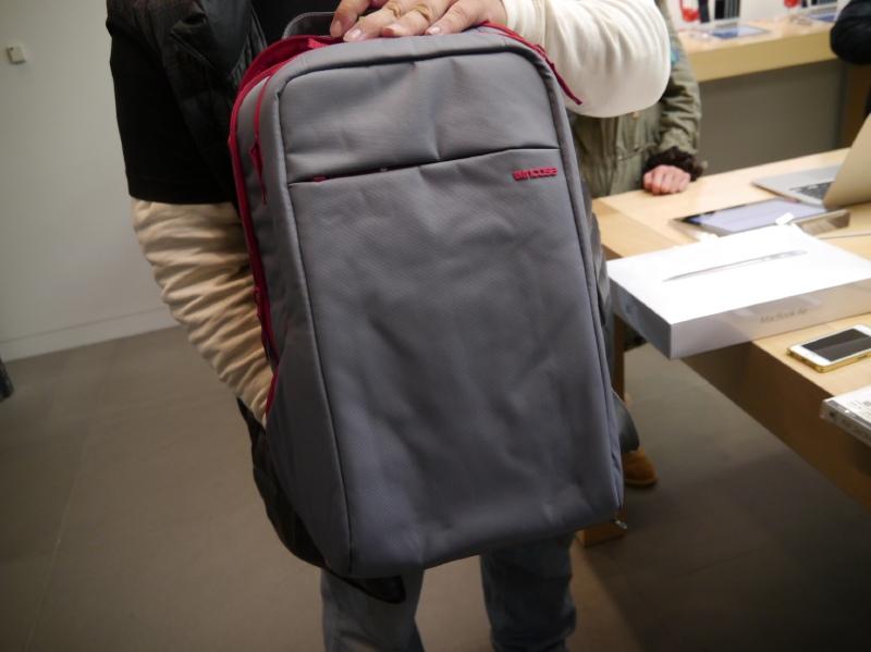 先頭に男性の協力を得て、Lucky Bagの中身をみせてもらった。バックはIncaseのオリジナルカラーだ