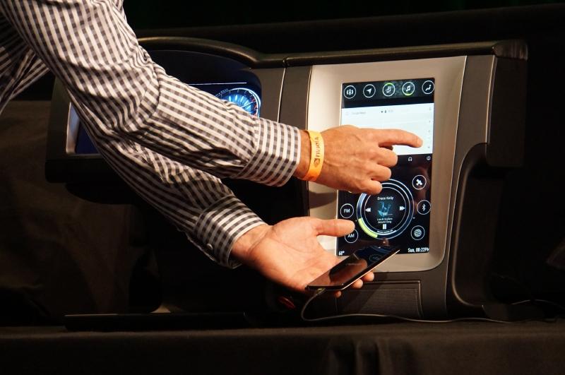 GoogleのAndroid Autoの仕組みを利用してスマートフォンの画面をセンターコンソールに表示させることも可能に