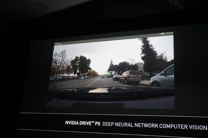 DRIVE PXを利用したADAS機能の例、速度取締機やパトカーを機械が認識するのだとジョークを飛ばして観客の笑いを誘っていた