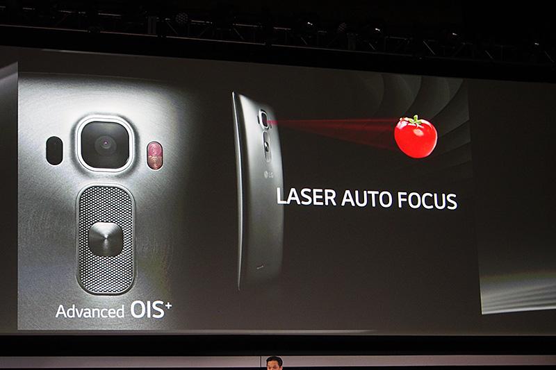 背面カメラは光学式手ぶれ補正に加えて、レーザーによる高速なオートフォーカス機能を搭載