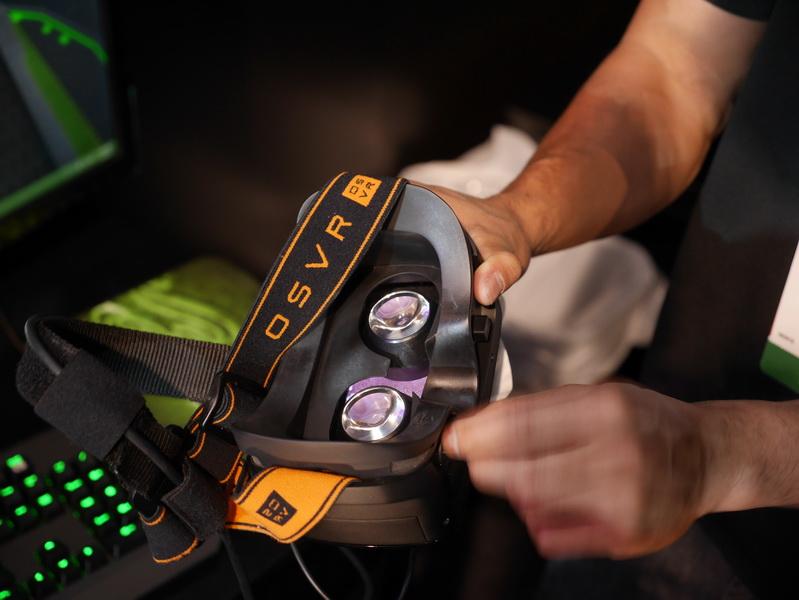 内部には5.5型のフルHD液晶を搭載し、両目に対応する光学レンズを通して映像を見る。視野角は片目それぞれ90度、両目で100度