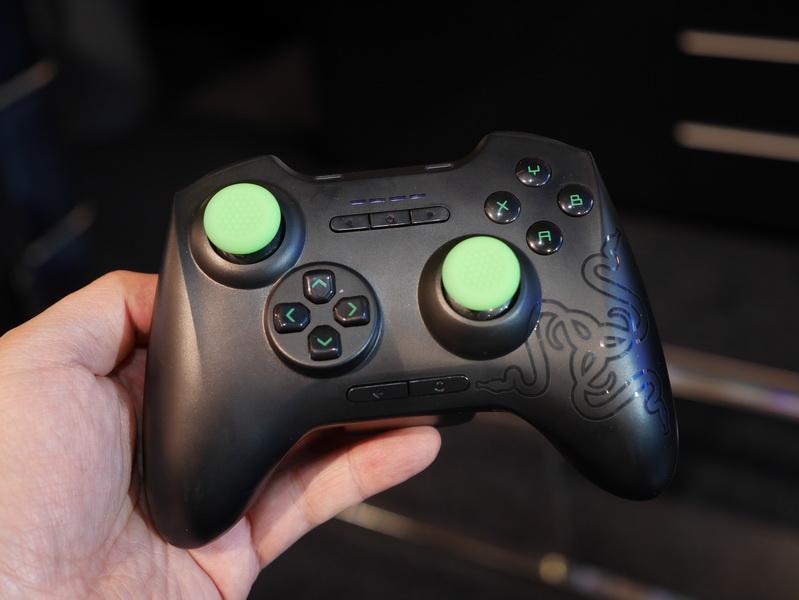 Forge TVで利用できるワイヤレスコントローラ「Serval controler」。アナログスティックやボタン類は一般的なゲームコントローラ同等だ