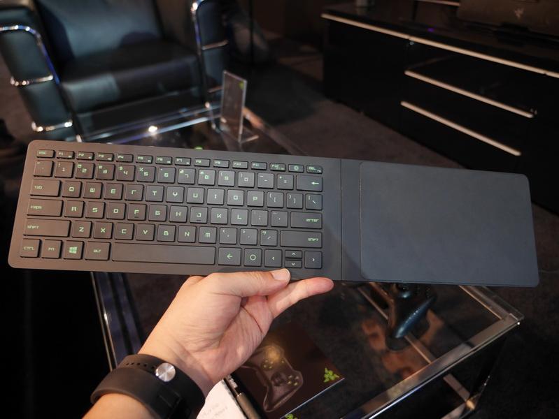 キーボード右に折りたたみ式のマウスパッドが用意され、膝の上でキーボードとマウスを同時に利用できる