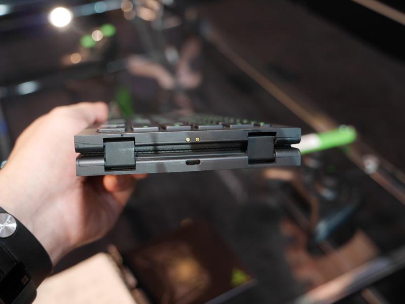 取り畳むとバッテリ充電用の端子が現れる
