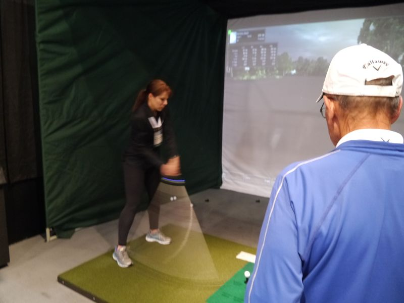 M-Tracerを利用し、ゴルフのスイングを解析。その場でレッスンプロからの指導を行なうというデモスレトーションも行なった