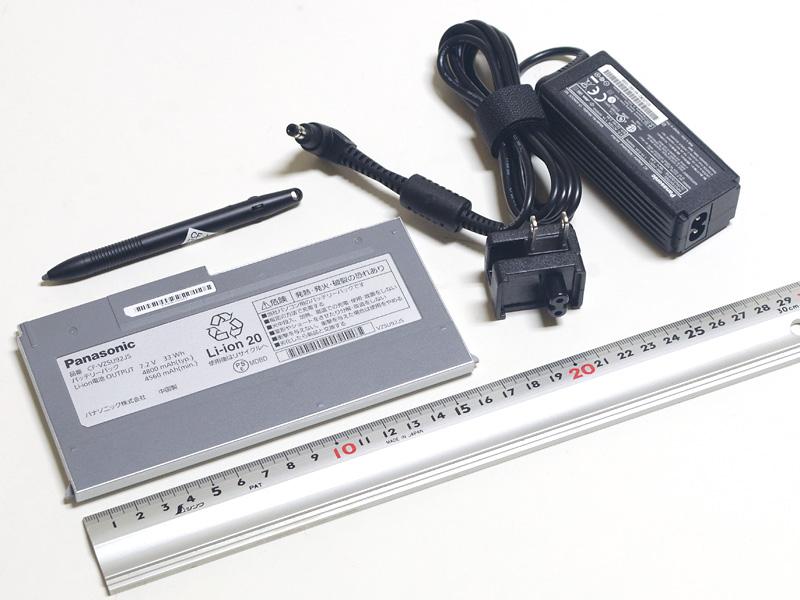 ACアダプタ、バッテリとペン。ACアダプタのサイズ90×35×25mm(同、突起物含まず)、重量177g。ACプラグ変換アダプタ付。バッテリは重量191g