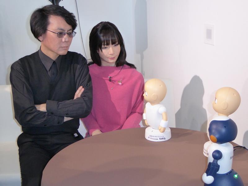 ロボットと対話する石黒教授
