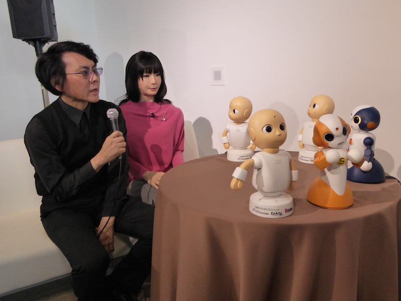大阪大学教授の石黒浩氏と「CommU」「Sota」