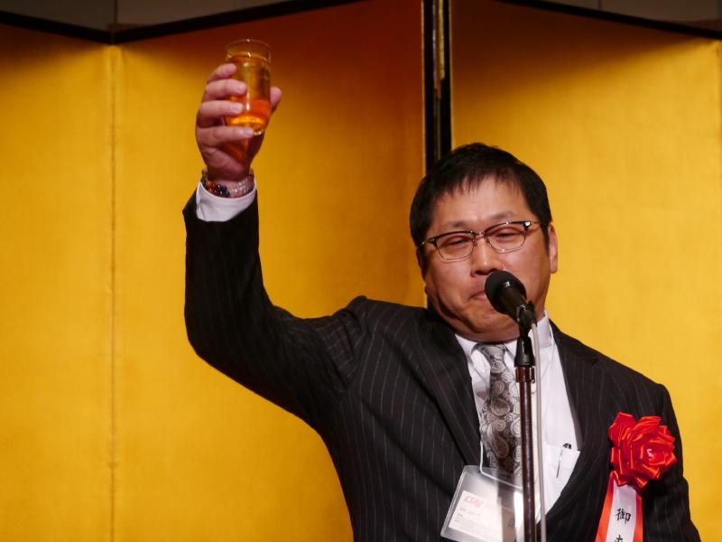 乾杯の音頭をとったコンピュータソフトウェア協会の荻原紀男会長