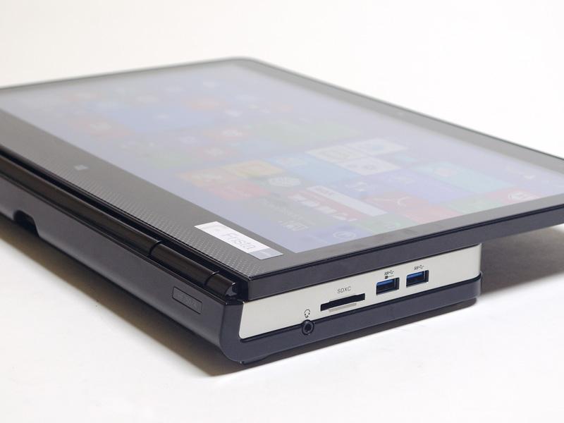 右側面。USB 3.0×2(手前が電源オフ時給電対応)、SDXCカードスロット、音声入出力。パネルを90度倒し、水平にすることが可能。パッケージもこの状態で入っており楽に運べる