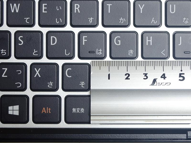キーピッチは実測で約18mm。本体に収納する必要があるためか、若干狭くなっている。仕様上はキーピッチ17.8mm、キーストローク1.7mm