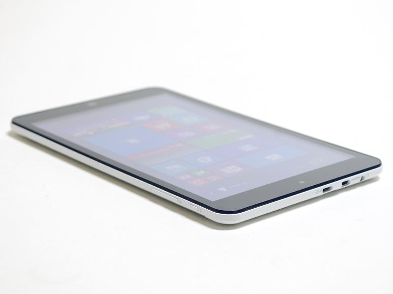 右/上側面。右側面に電源ボタンと音量±ボタン。上側面にMicro USB 2.0、microSDカードスロット、音声入出力