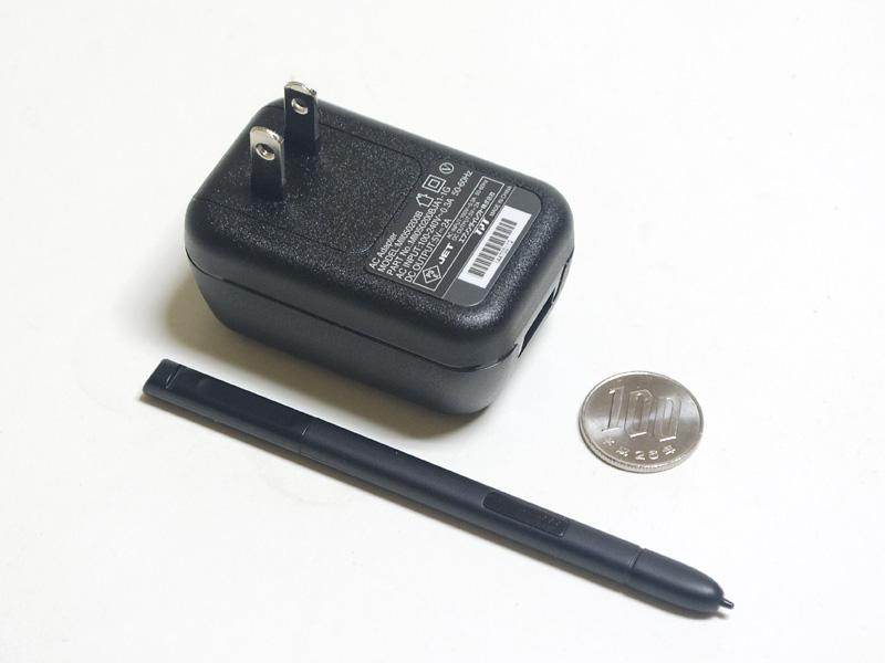 ACアダプタとデジタイザペン。USB式のACアダプタ。100~240Vの海外対応で出力は5V/2A