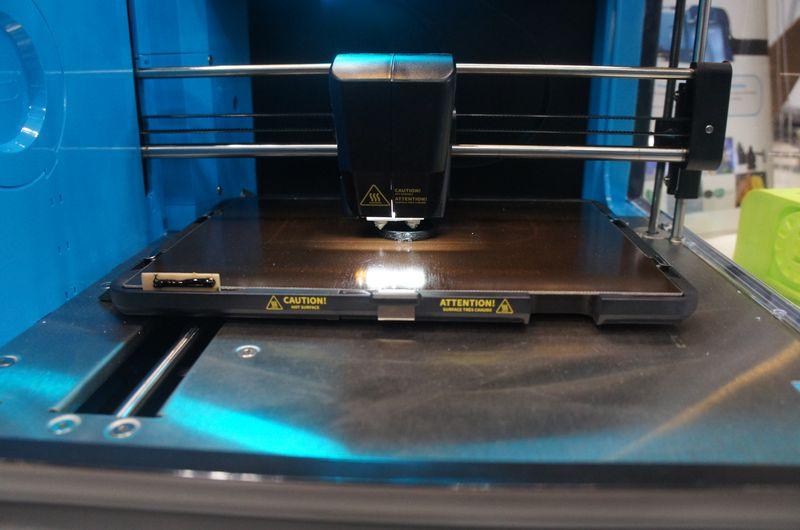 CEL ROBOXは、ヘッドは1つだが、直径0.8mmと直径0.3mmの2つのノズルを搭載しており、中身は0.8mm、外側は0.3mmと使い分けることで、精度と出力速度を両立できる