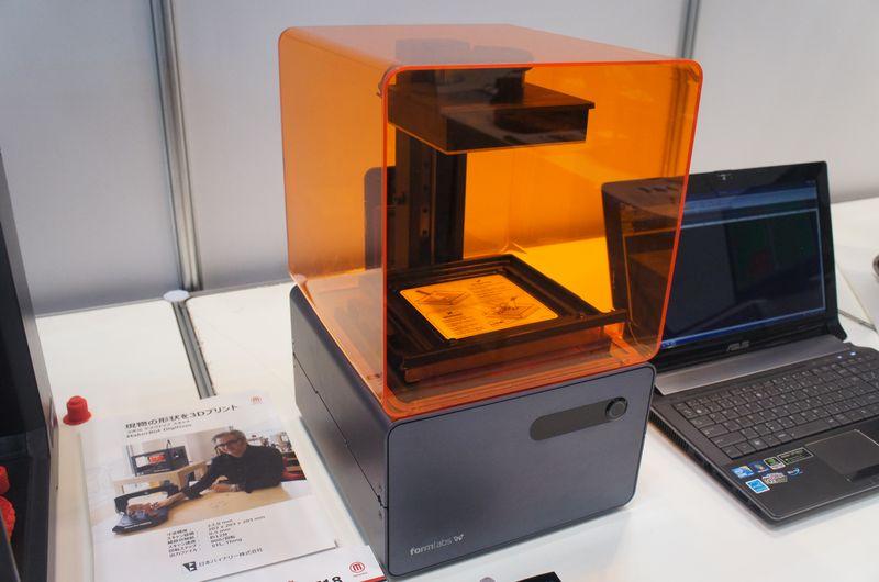 日本バイナリーのブースで展示されていた光造形式パーソナル3Dプリンタ「form 1+」。近日中に日本での販売を開始するとのことだ