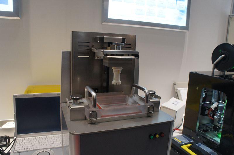 ムトーエンジニアリングが参考出展していた光造形式3Dプリンタのカバーを外したところ