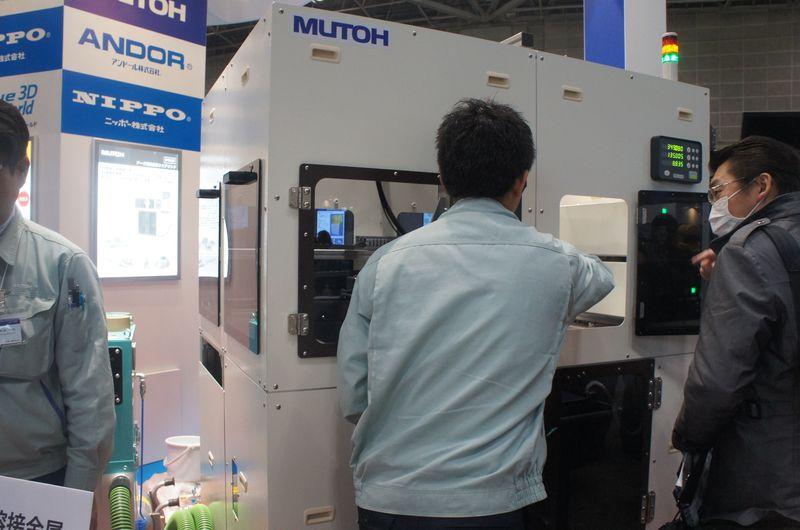 武藤工業が開発中のアーク溶接金属3Dプリンタ。レーザーや電子ビームに代わりアーク溶接を利用して、金属を溶接して積層していく