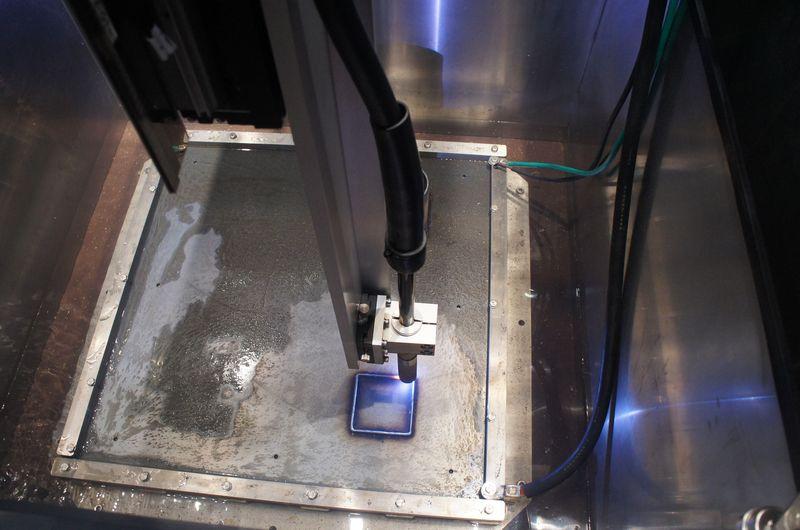 アーク溶接金属3Dプリンタの溶接部の様子。発光が眩しいので、遮光グラスをかける必要がある