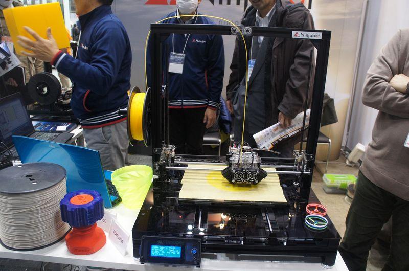 ニンジャボットのパーソナル3Dプリンタ「FDM-300W」。デュアルノズル仕様である