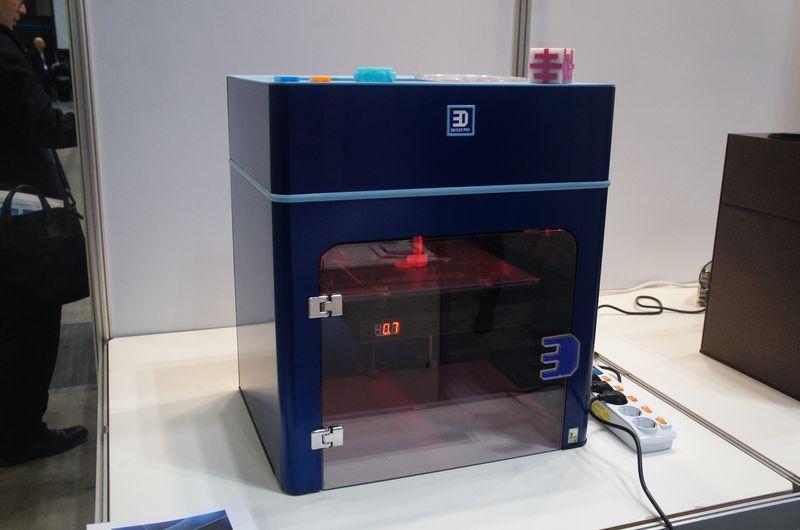 こちらは同じくRokitのパーソナル3Dプリンタ「3DISON PRO」。直径0.4mmと直径0.6mmの最小積層ピッチは0.025mmで、最大造形サイズは290×205×245mm(同)と大きい