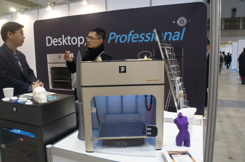 Rokitのパーソナル3Dプリンタ「3DISON PRO AEP」。材料としてポリカーボネートやULTEM 9085といった強度の高いエンジニアリングプラスチックを利用できることが特徴