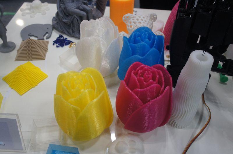 T-PLAのカラーは、クリア、イエロー、マゼンタ、ブルーの4色が用意されており、価格は550gで15,800円である(直径は1.75mm)